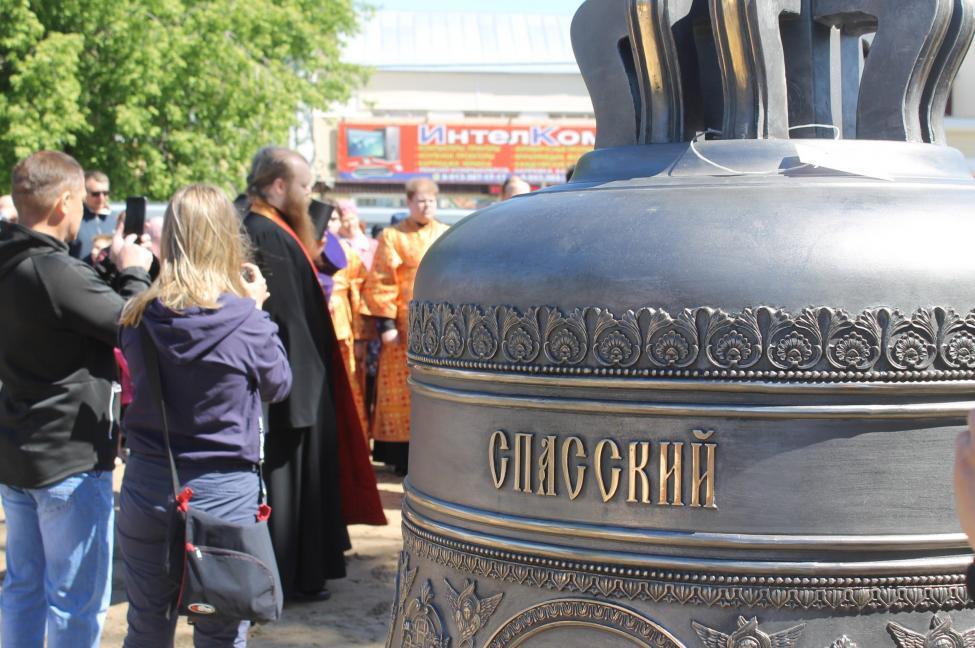 Митрополит Новосибирский и Бердский Никодим освятил колокола Спасского собора